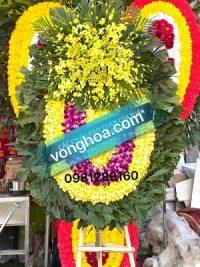 vòng hoa truyền thống lan vàng
